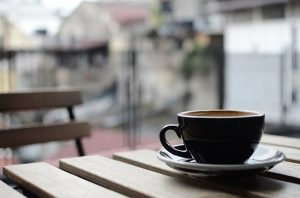 Vybavení kavárny s pěknými šálky