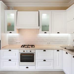 Malé kuchyně v bledých barvách